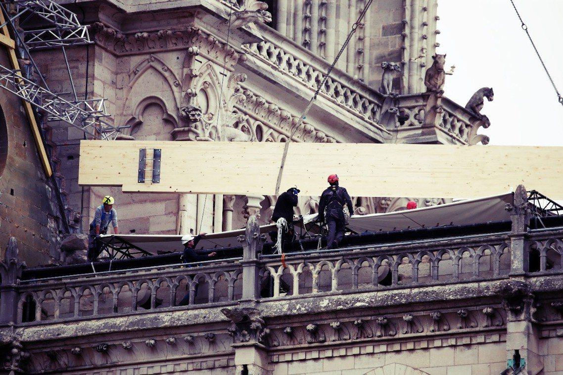 「支架、防水布都已經準備好了,負責的建築師和工人也都就位,隨時可以展開工程。」負...