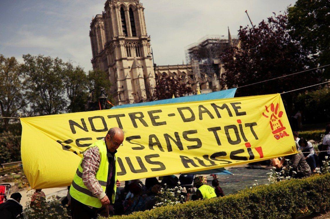 遙望著受難的巴黎聖母院,黃背心在大火後集結示威,質疑財富分配不均、以及政府根本不...