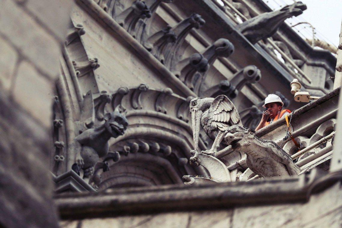 進行修復工程的建築師憂心,此刻遭逢大雨可能會讓建築損傷惡化,當務之急是趕緊想辦法...