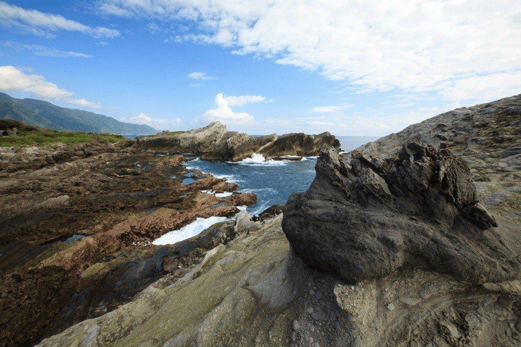 石梯坪風景區號稱「世界級的戶外地質教室」,海蝕地形發達,太平洋的壯闊景象也能盡入...