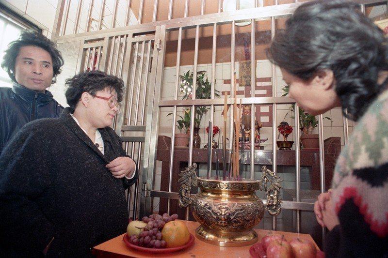 大家樂風行以來,有許多的廟宇或土地公廟因受無妄之災而加裝鐵欄桿,攝於1988年。...