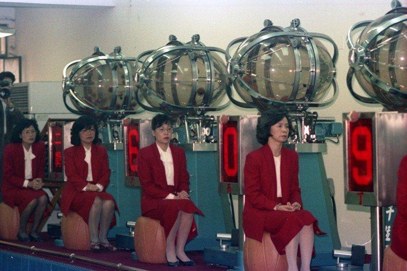 愛國獎券最後一期開獎,大家樂迷也為之瘋狂。圖為搖獎機器,攝於1987年。 圖/聯...