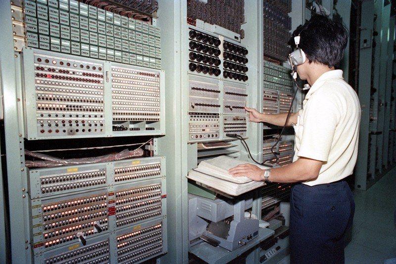 圖為北區電信總局。每逢六合彩開獎時,電話數據機滿線情況激烈,攝於1988年。 圖...
