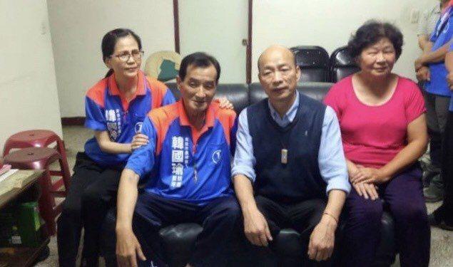 高雄市長韓國瑜的志工護衛隊成員槐建中罹患重病。韓前去探望時,槐堅持穿上隊衣,偕同...