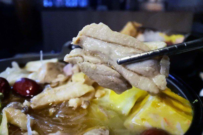 (圖/台灣旅行趣) ▲這無骨雞肉煮的剛剛好,鮮甜不柴且份量很多,保證讓大家補好補...
