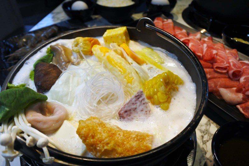 (圖/台灣旅行趣) ▲「奶香蝦痛風鍋」為原味牛奶鍋,假如你想吃辣的話,則可以選擇...