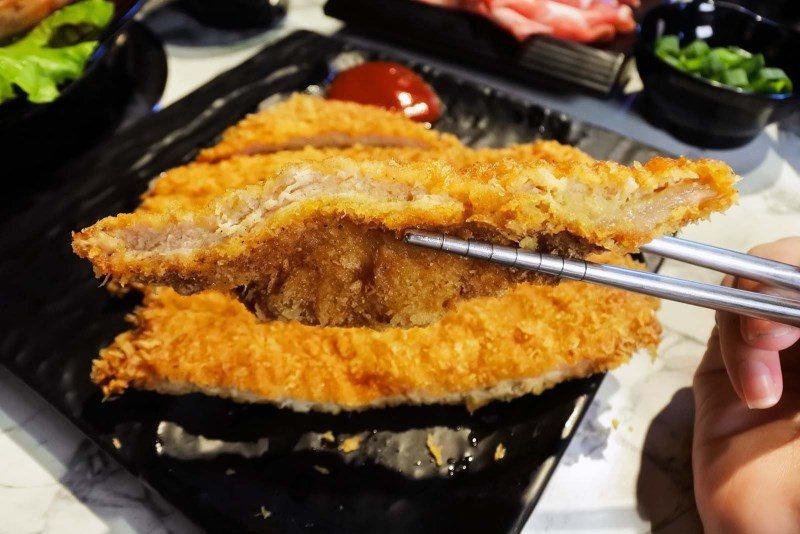 (圖/台灣旅行趣) ▲從切面看,麵衣薄厚剛剛好,厚實大片的豬排,酥酥脆脆的一點都...