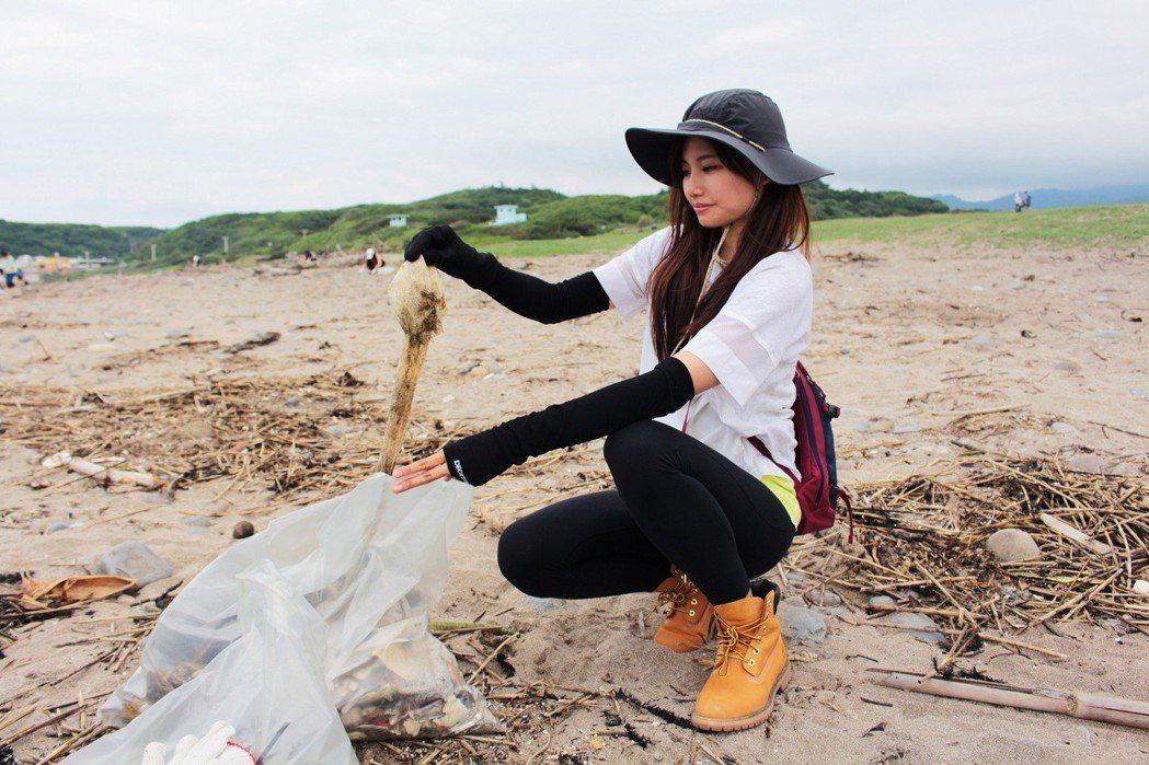 吳汶芳2年多前陸續參與、發起淨灘活動。圖/福茂提供
