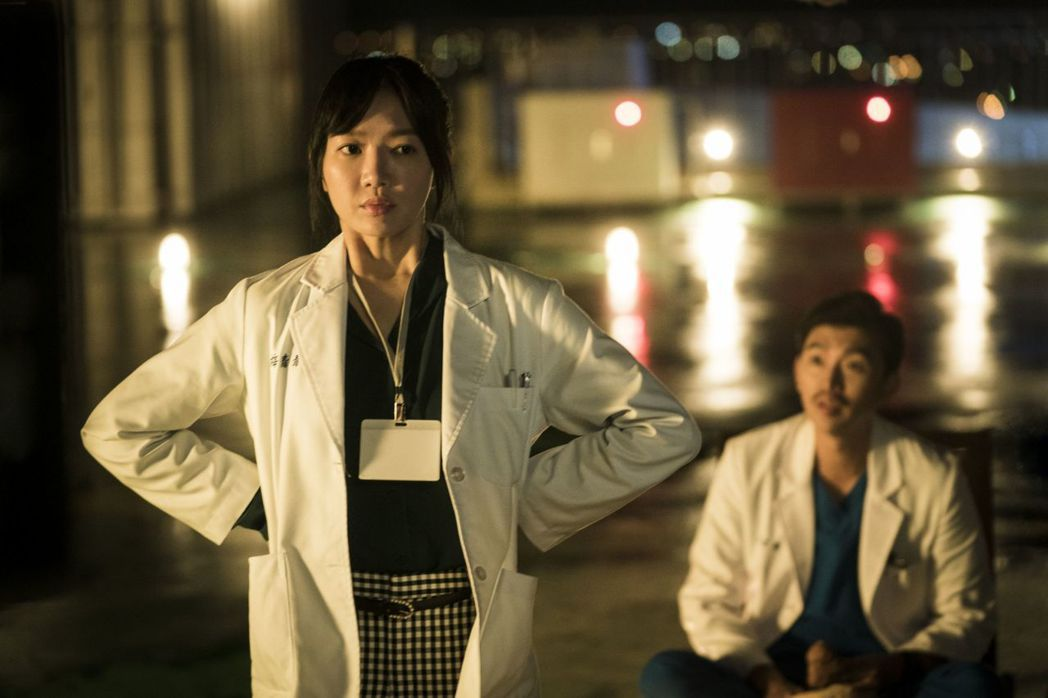 李杏飾演資深協調師梅青青,右為曾少宗。圖/公視提供