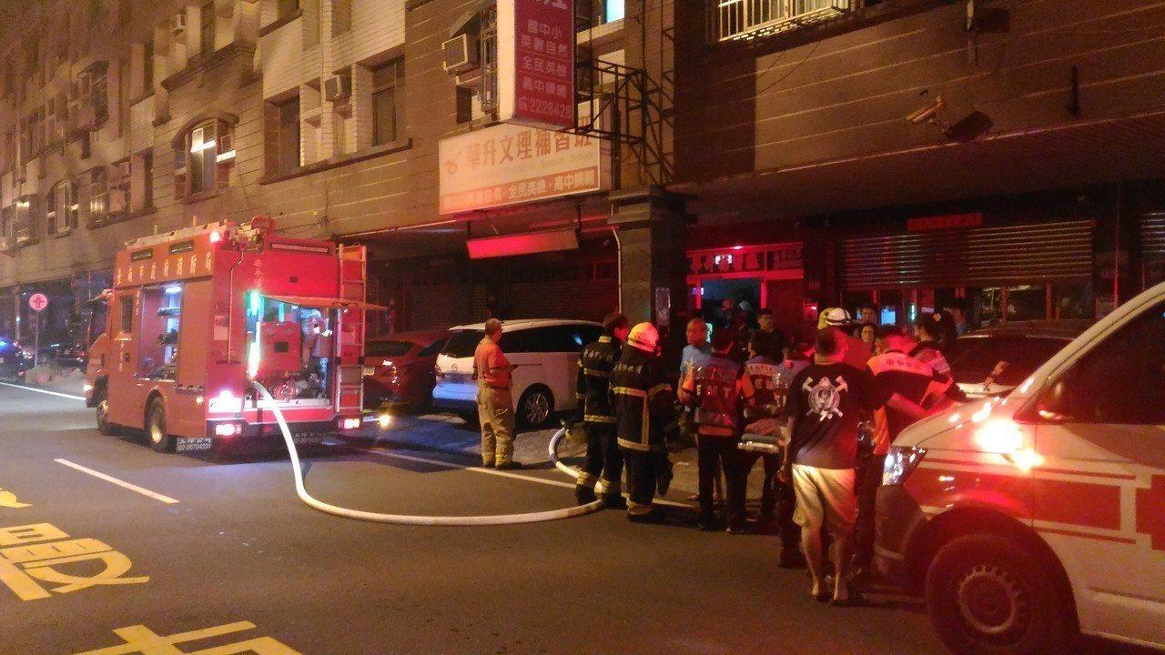 台南安平區民宅火災,消防人員報據到達現場很快撲滅火勢。記者黃宣翰/攝影