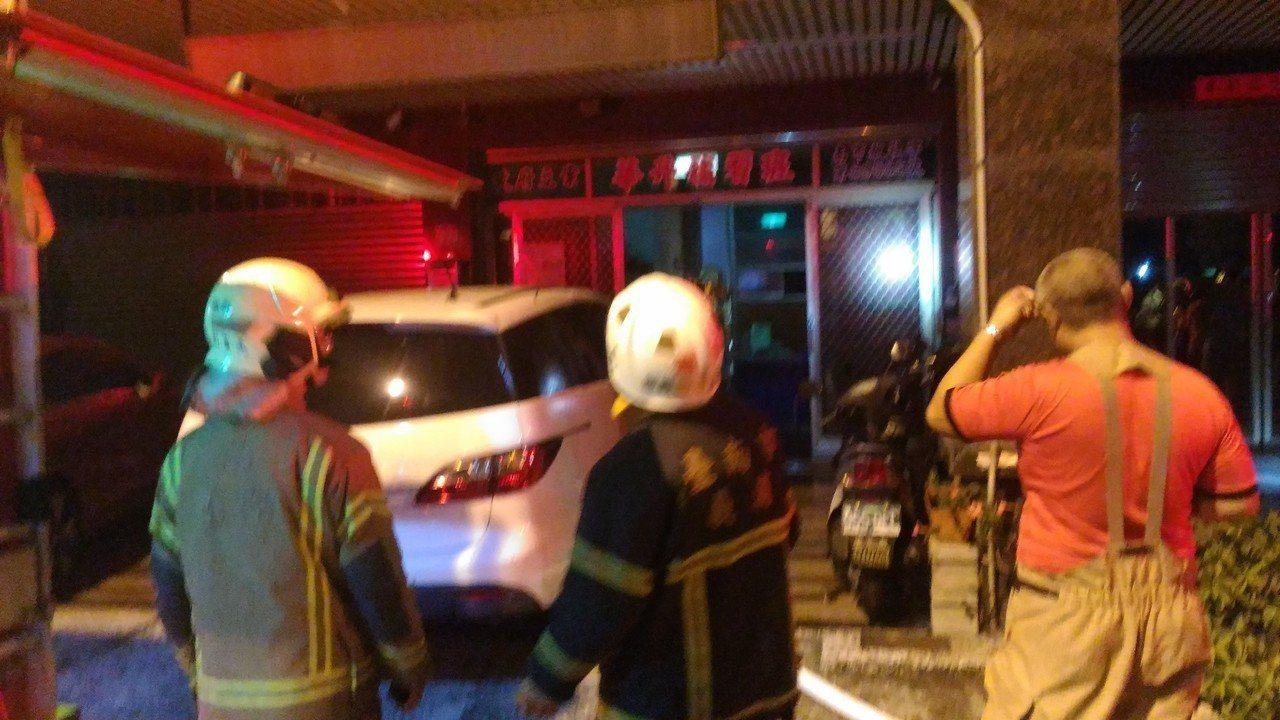 台南安平區民宅火災,消防人員搶救。記者黃宣翰/攝影