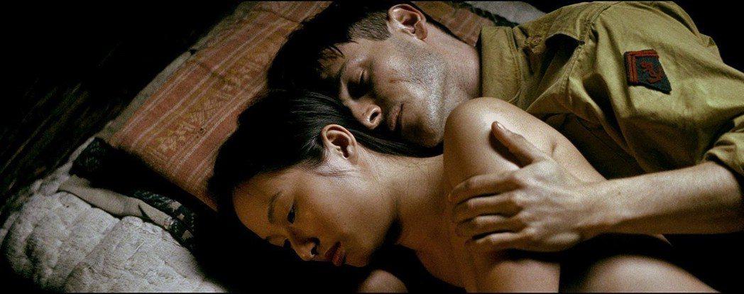 加斯帕尤利爾在「世界邊界」大談異國戀,有激情床戲。圖/摘自imdb