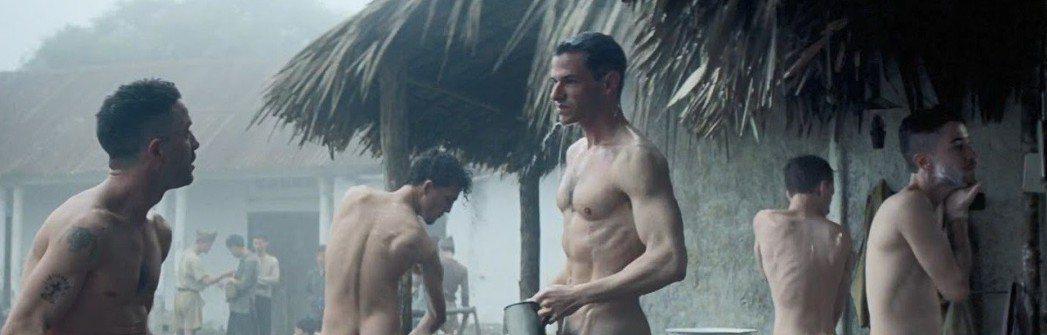 加斯帕尤利爾在「世界邊界」野外淋浴戲中全裸。圖/摘自twitter