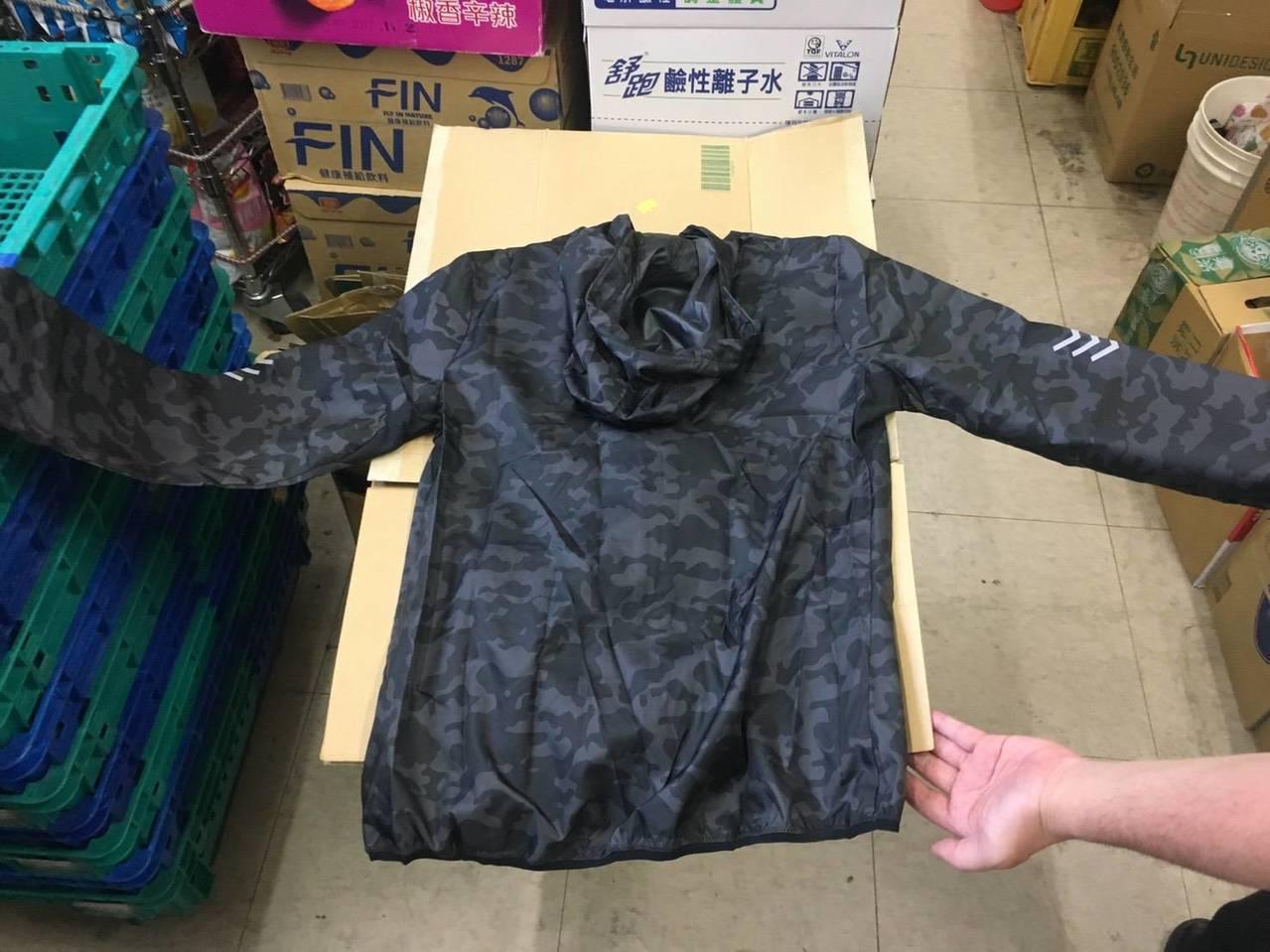 新北市泰山區小姊弟雙屍命案涉嫌殺害的吳姓男子,昨晚屍體被發現,圖為吳男穿著的上衣...