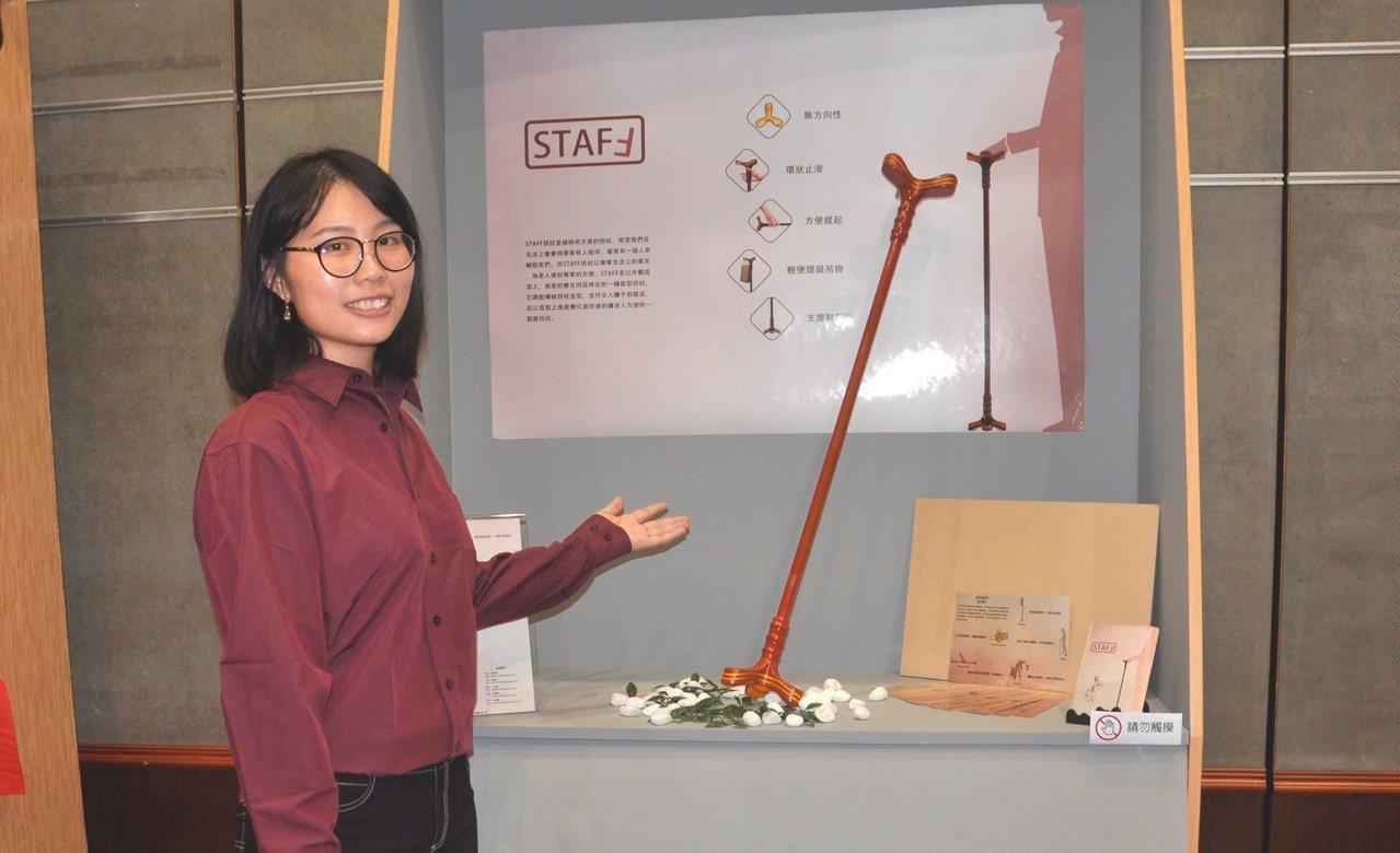 李佳珊與同班同學關懷老人研發一款造型時尚輕便好用的拐扙。記者劉明岩/攝影