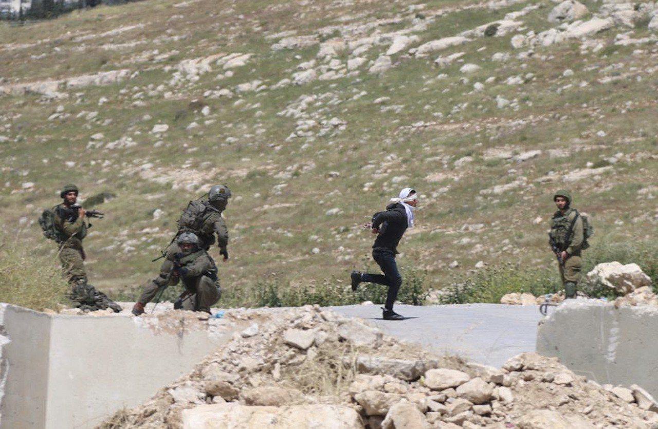 一名戴著手銬、雙眼被蒙住的巴勒斯坦青少年18日企圖逃跑,遭到以色列士兵開槍射擊。...
