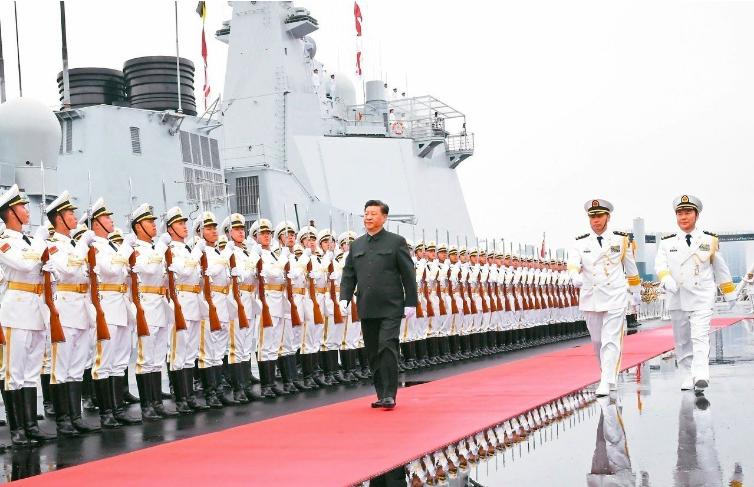 中共中央軍委主席習近平(中)檢閱中共海軍儀仗隊,隨後登上執行檢閱任務的西寧艦。 ...