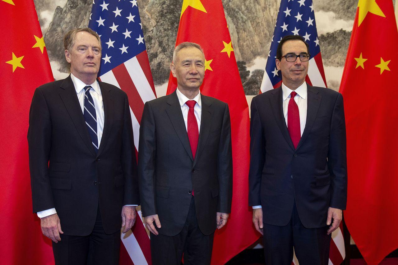 賴海哲(左)、米努勤(右)上月底和劉鶴在北京會談時留影。美聯社