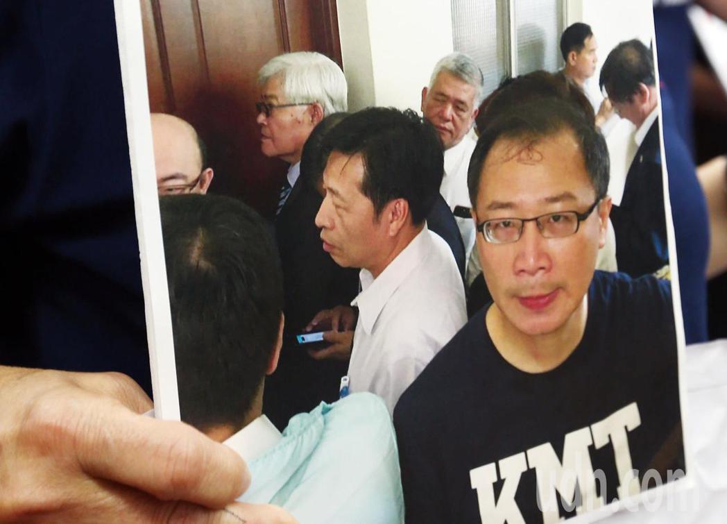 國民黨立委拿出李進勇清晨六點就在會議室門口等著進入。記者杜建重/攝影