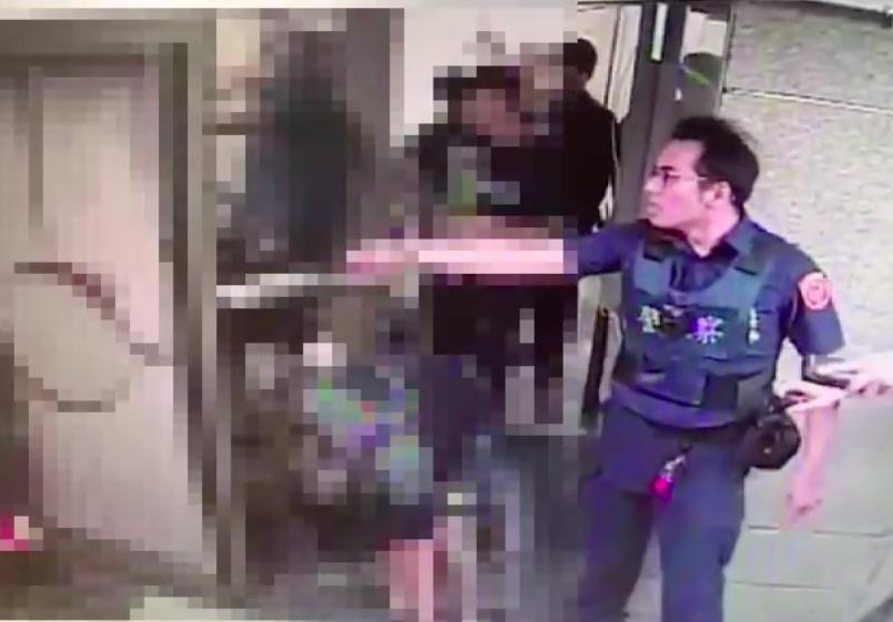 警方獲報後啟動快打機制,到場舉槍喝止,噴辣椒水強力壓制滋事酒客。記者李隆揆/翻攝
