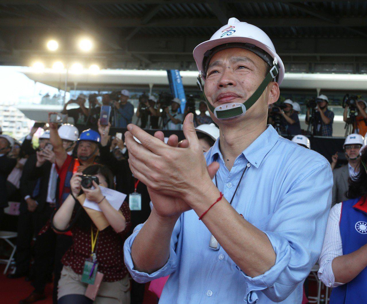 高雄市長韓國瑜上午參加高雄市立圖書館總館共構會展文創會館的上樑典禮,上樑典禮進行...
