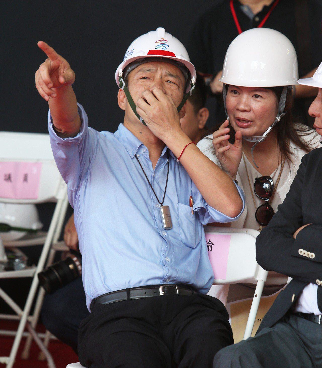 高雄市長韓國瑜上午參加高雄市立圖書館總館共構會展文創會館的上樑典禮,重申所有對2...