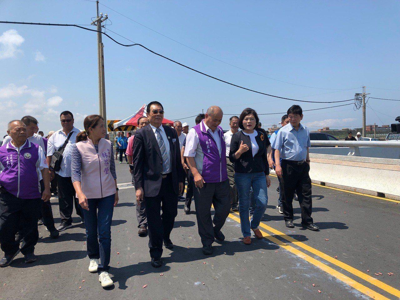 縣長張麗善(右二)等人今天到場共襄盛舉。記者李京昇/攝影