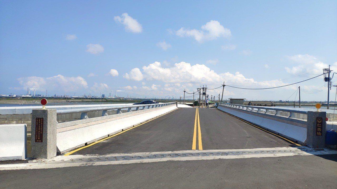 雲林縣台西鄉仁西橋封閉了4年,如今修建後重新啟用。記者李京昇/攝影