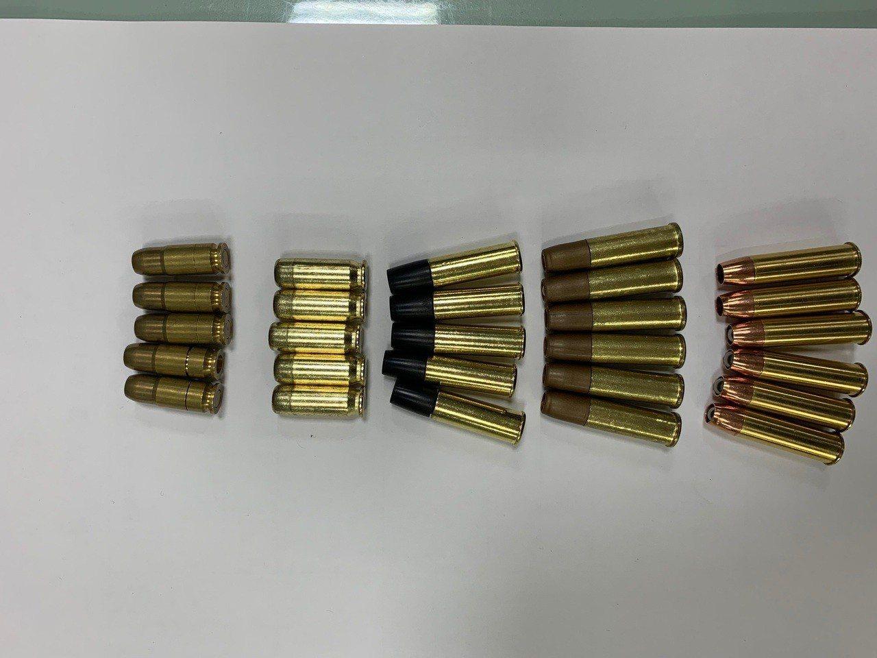 警方在車內起出鋼珠子彈金屬外殼27顆,9釐米子彈3顆。記者林佩均/翻攝
