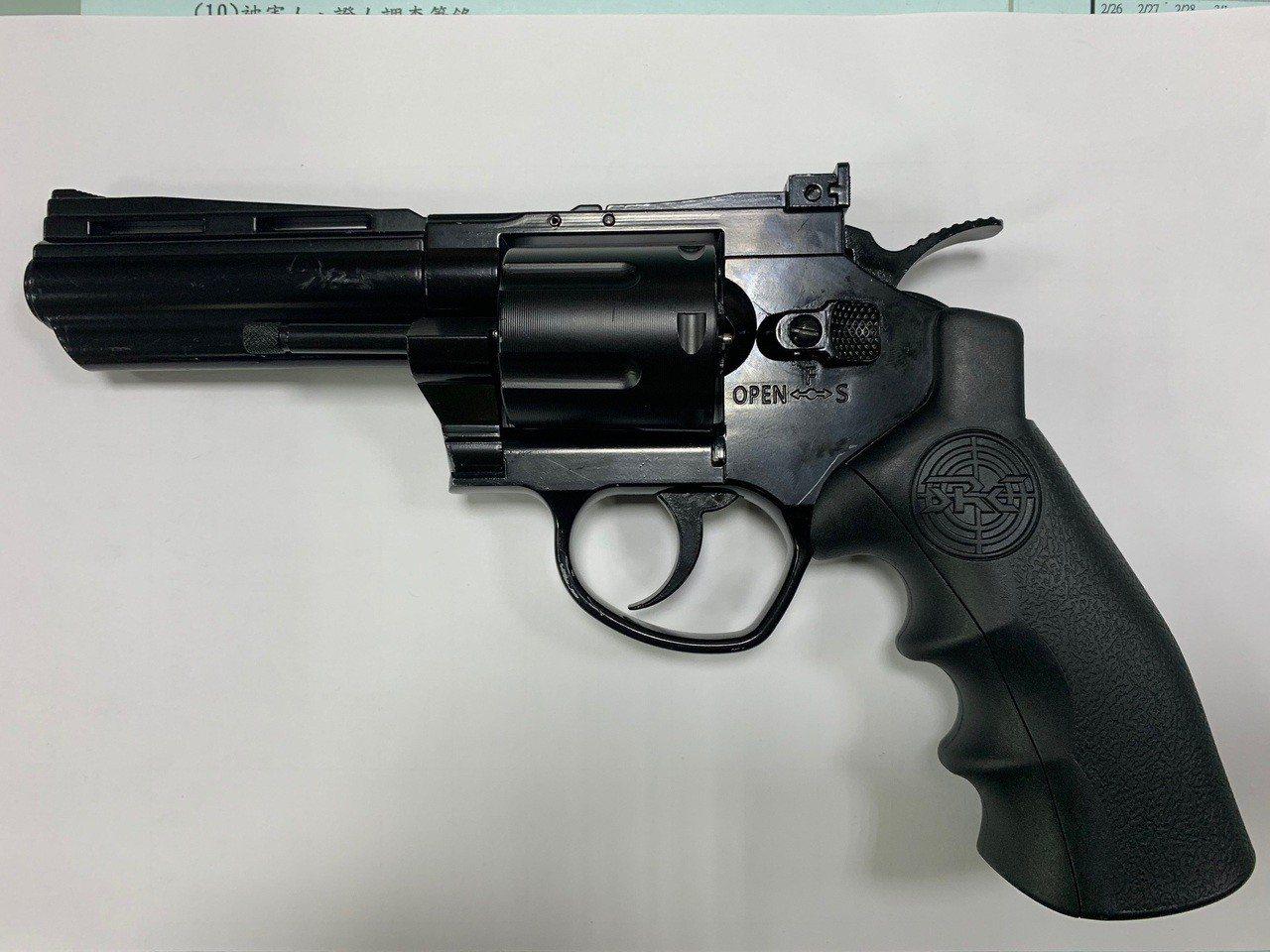 警方在廖男車內起出左輪瓦斯空氣手槍。記者林佩均/翻攝