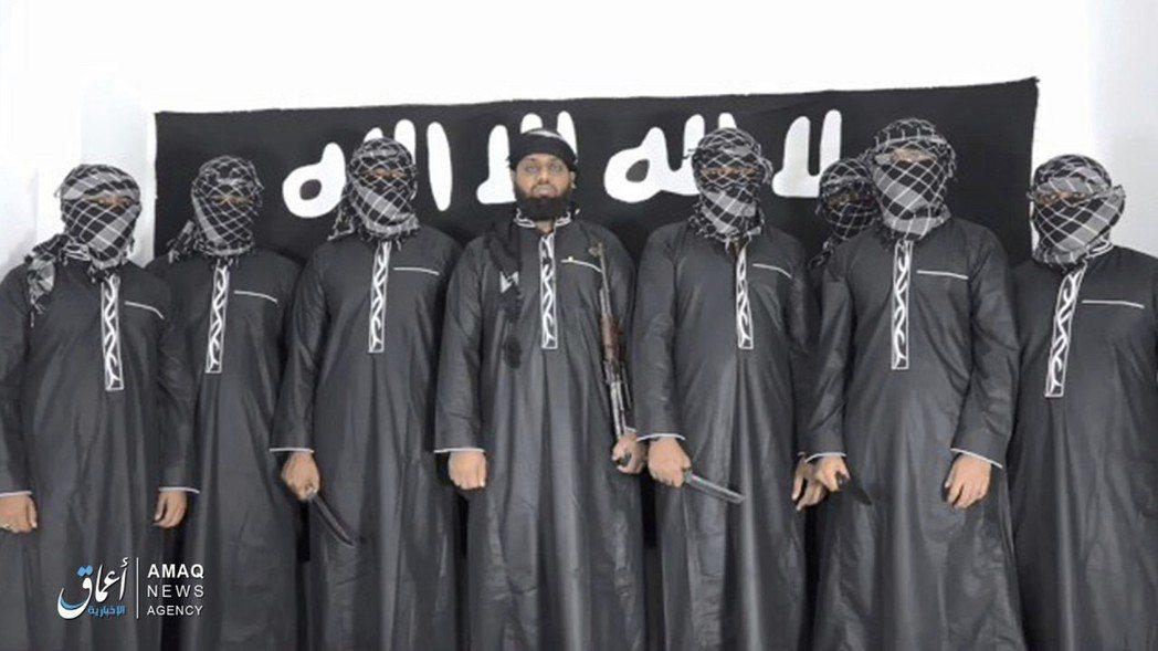 「伊斯蘭國」(IS)23日在網路發布一段影片,影片中斯里蘭卡恐攻主嫌哈辛姆(中)...
