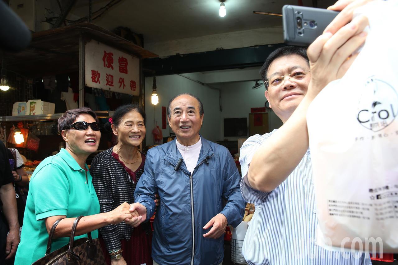 熱情的支持者拉著王金平要求合照。記者徐兆玄/攝影