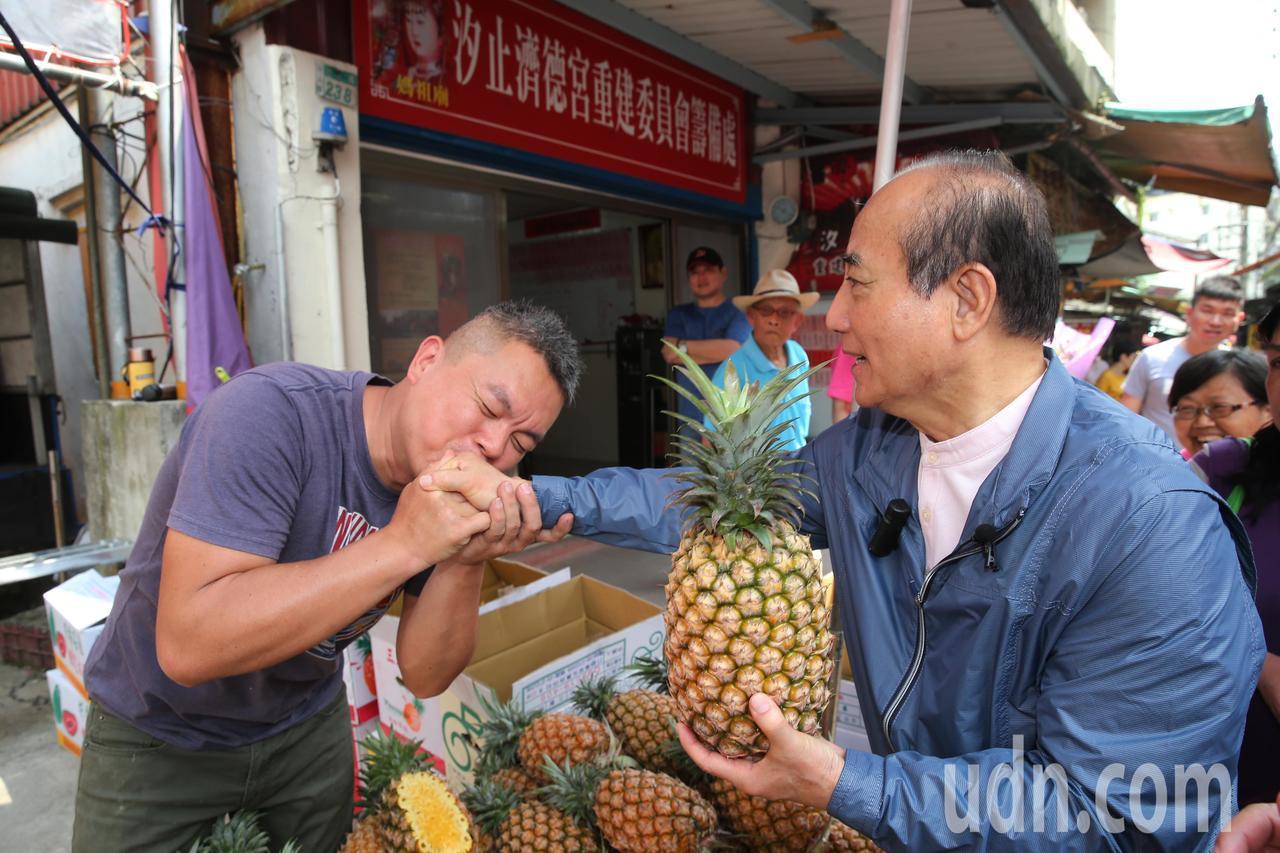熱情的支持者忍不住親吻王金平的右手表達支持。記者徐兆玄/攝影