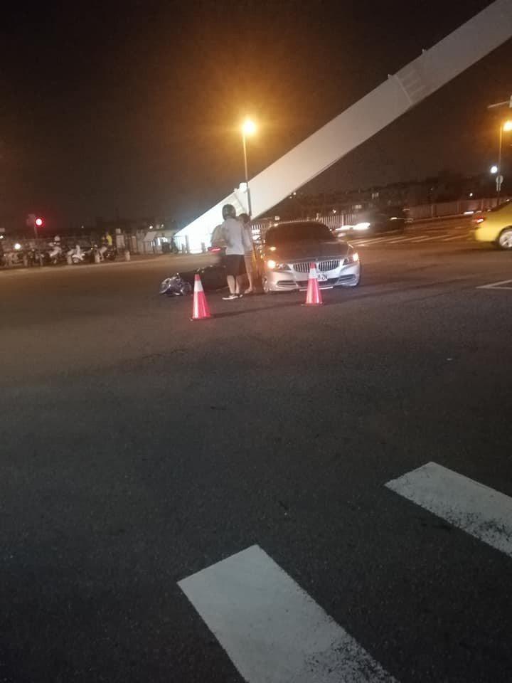 台中市東區振興路、旱溪東路昨天晚間8時許,傳出一起BMW雙門跑車碰撞機車的交通事...