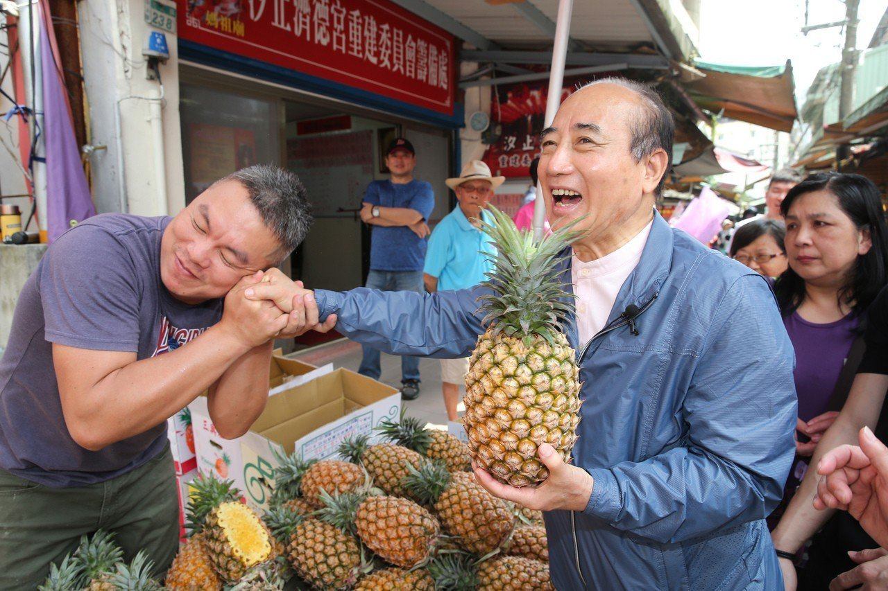 國民黨立委王金平到中正市場掃街拜票,遇到熱情的瘋狂粉絲送鳳梨、甚至親吻王的手記者...