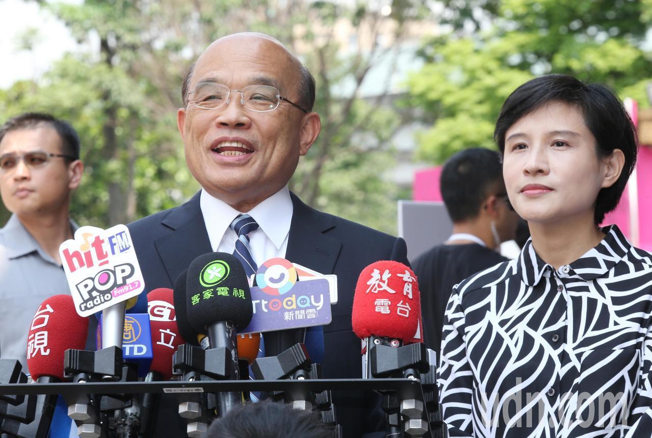 行政院長蘇貞昌(左)上午出席台灣文博會開幕典禮,表示韓市長就任119天只忙著選總...
