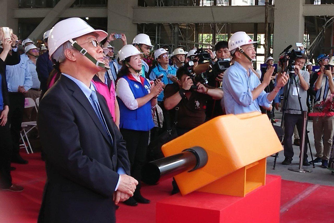 高雄市長韓國瑜(右)出席高市圖書總館二期文創會館上樑典禮,韓以台灣第一個BOT案...