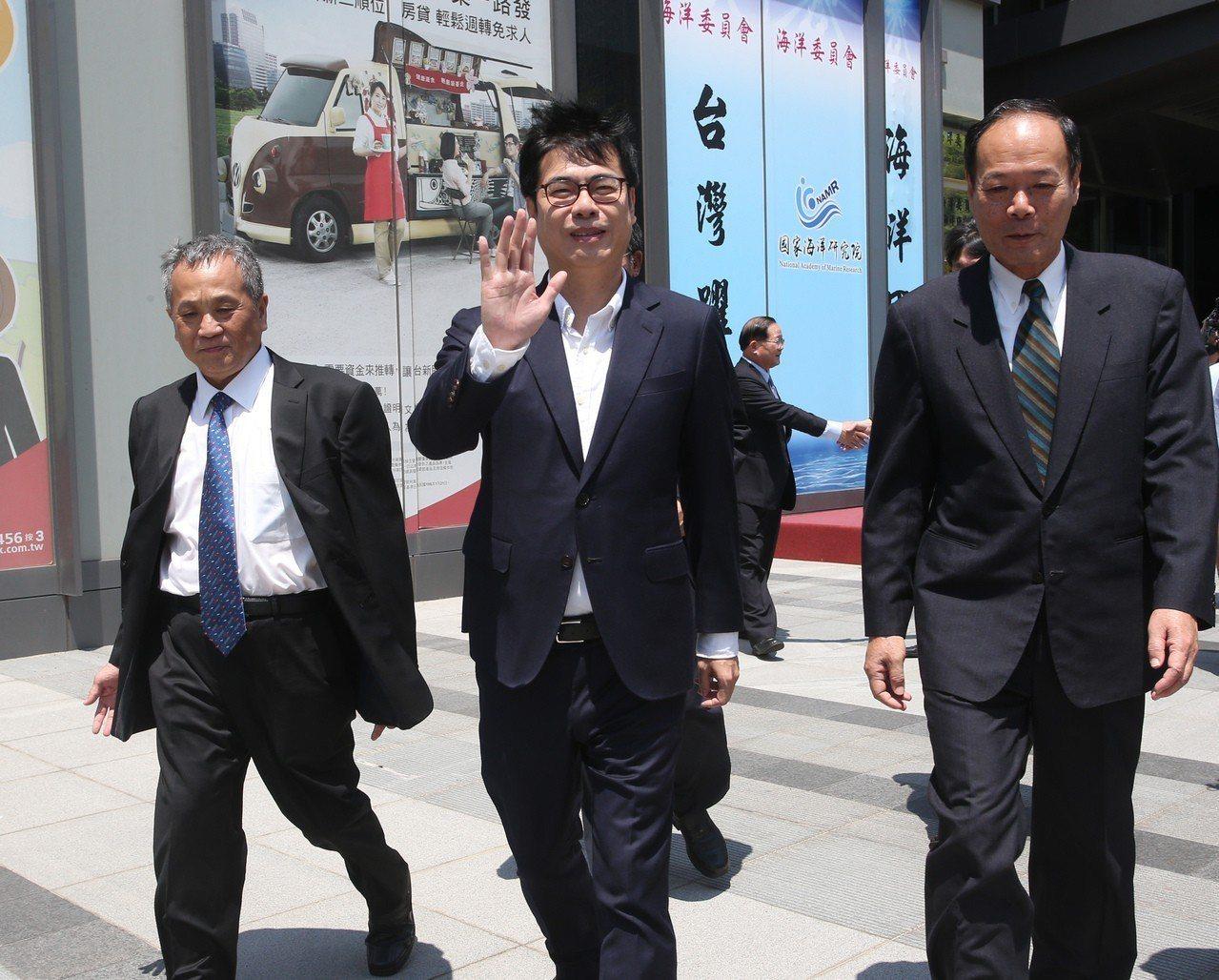 行政院副院長陳其邁(中)今天表示,國民黨內初選競爭激烈,原來的簡單牌局變複雜,高...