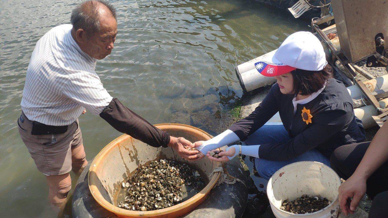 雲林縣長張麗善(右)與漁民對談了解災情。記者李京昇/攝影