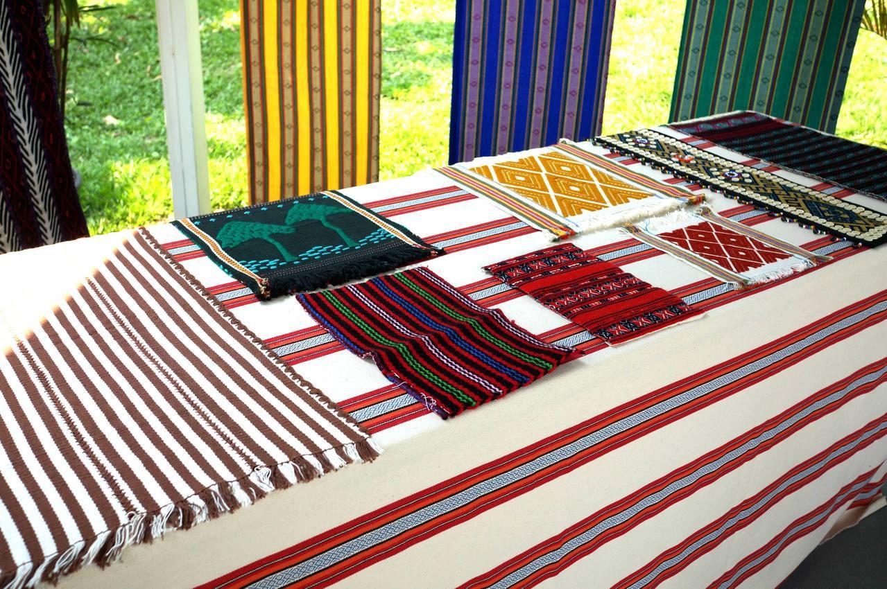 原住民織布技術是泰雅族引以為傲的傳統文化,織紋有山行紋、菱形紋等,各自代表不同的...