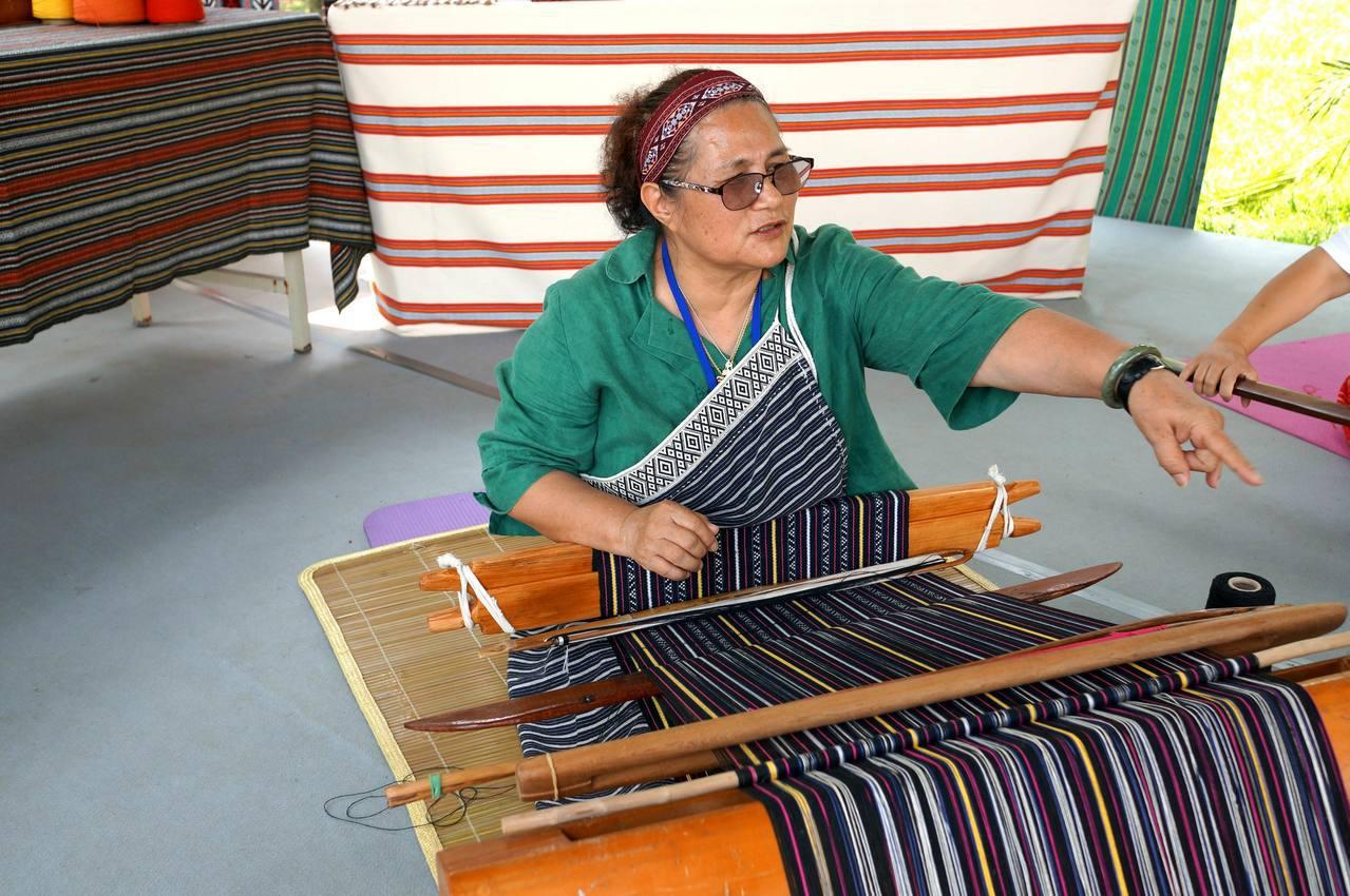 今年64歲的彭秋玉已經有30多年的編織技藝,她原本是幼稚園的老師,因為不想看到傳...
