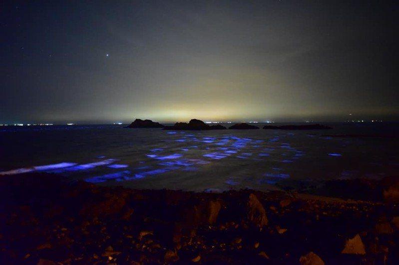 馬祖西莒島坤坵澳口沙灘與蛇島無人島礁間海域,昨晚出現藍眼淚與方塊海相會。圖/西莒友誼山莊提供