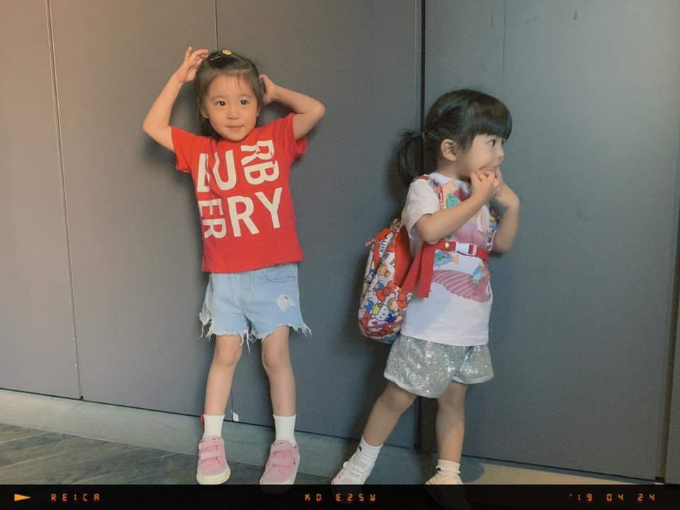 咘咘(左)、Bo妞乖巧等警察處理車禍。圖/摘自臉書
