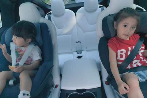 修杰楷驚曝載女兒咘咘、Bo妞上課時發生小車禍,「早晨路上小插曲。給兩位小妞最好的機會教育,就是『坐安全座椅很重要』。以後我想他們都不敢再百般不願意了吧。」想必孩子們有點受驚,但修杰楷也報平安:「只是...
