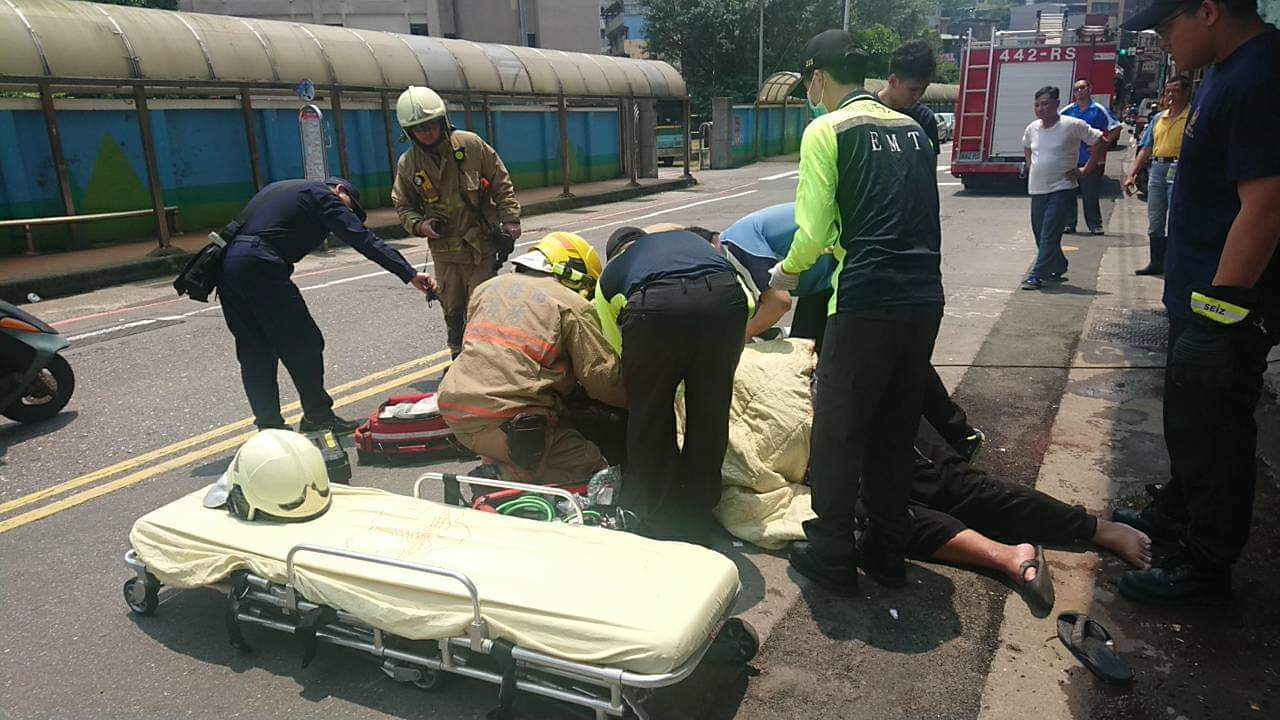 馮男被機車擦撞當場倒地,右手臂被機車立架鐵條刺穿,送醫救治。記者賴郁薇/翻攝