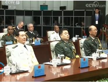 習近平23日在青島會見參加海軍節70周年活動。官媒報導出現疑似钟紹軍(前排左二)在座(圖源:CCTV視頻截圖)