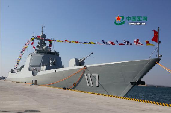 中共海軍成立70周年,中共中央軍委主席習近平登上執行檢閱任務的「西寧艦」進行海上...