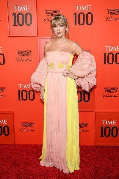 泰勒絲則是穿了J Mendel的混色雪紡禮服,粉嫩的色彩搭配縐摺細節與頭上的花朵...