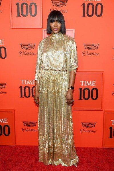 超模娜歐蜜坎貝兒則是選擇愛牌Valentino的金色禮服,垂墜感優雅飄逸,配上一...