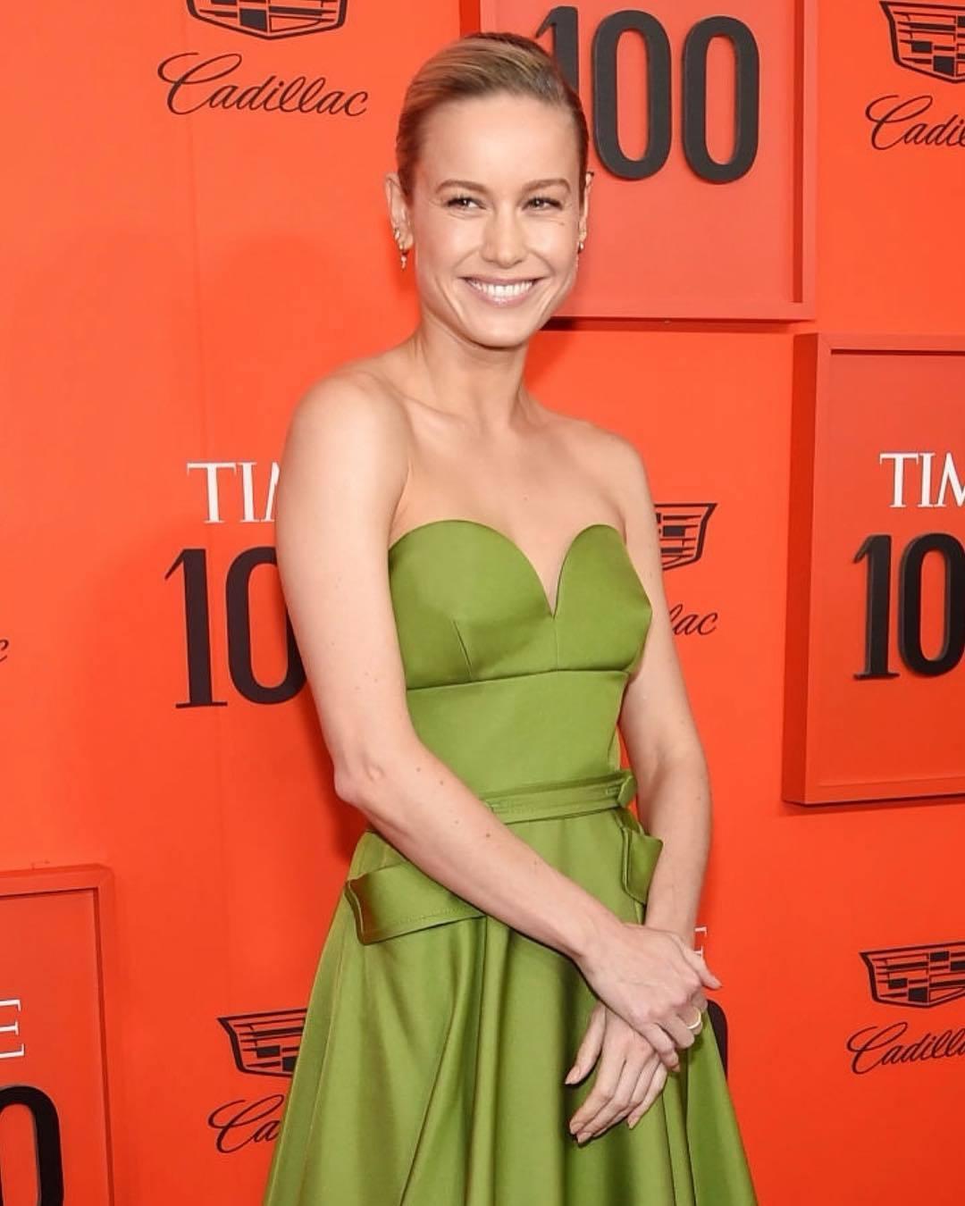 布麗拉森在百大人物晚宴中以一身Prada綠色緞面禮服現身,這件衣服剪裁復古典雅,...